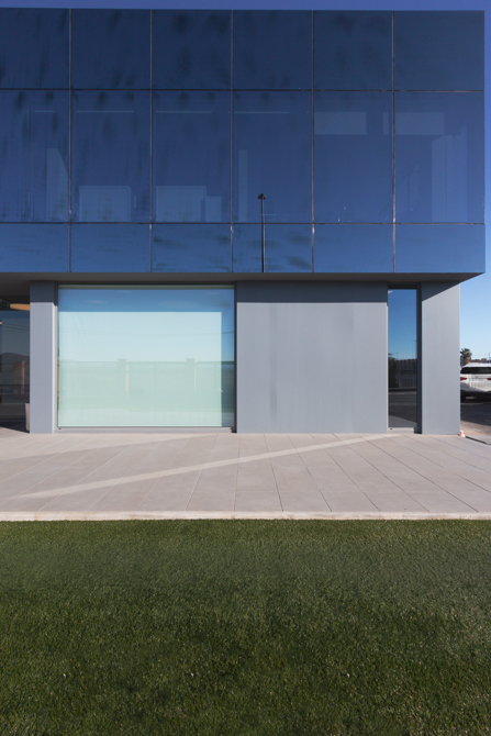 Fachada de cristal negra de oficinas