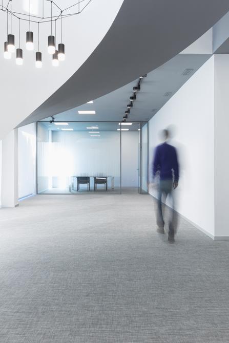 Oficinas en blanco con suelo gris modernas y minimalistas.