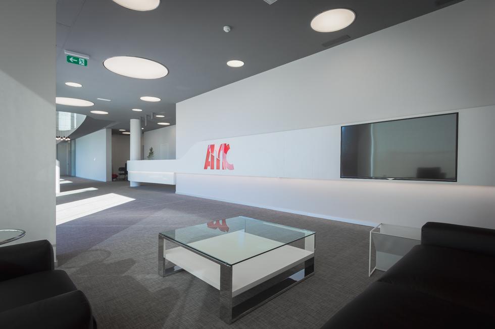 Hall oficinas Sala de espera con mueble moderno en oficinas minimalistas en blanco y gris