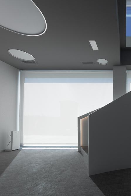 Es caler blanca minim alista en oficina moderna con cristalera blanca y grande