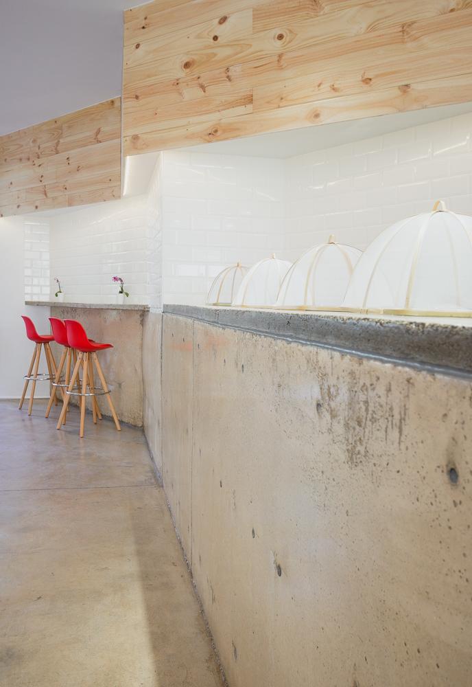 cafetería-de-diseño-en-Valencia-con mostrador de hormigon moderno y minimalista.ladrillos tipo metro y madera