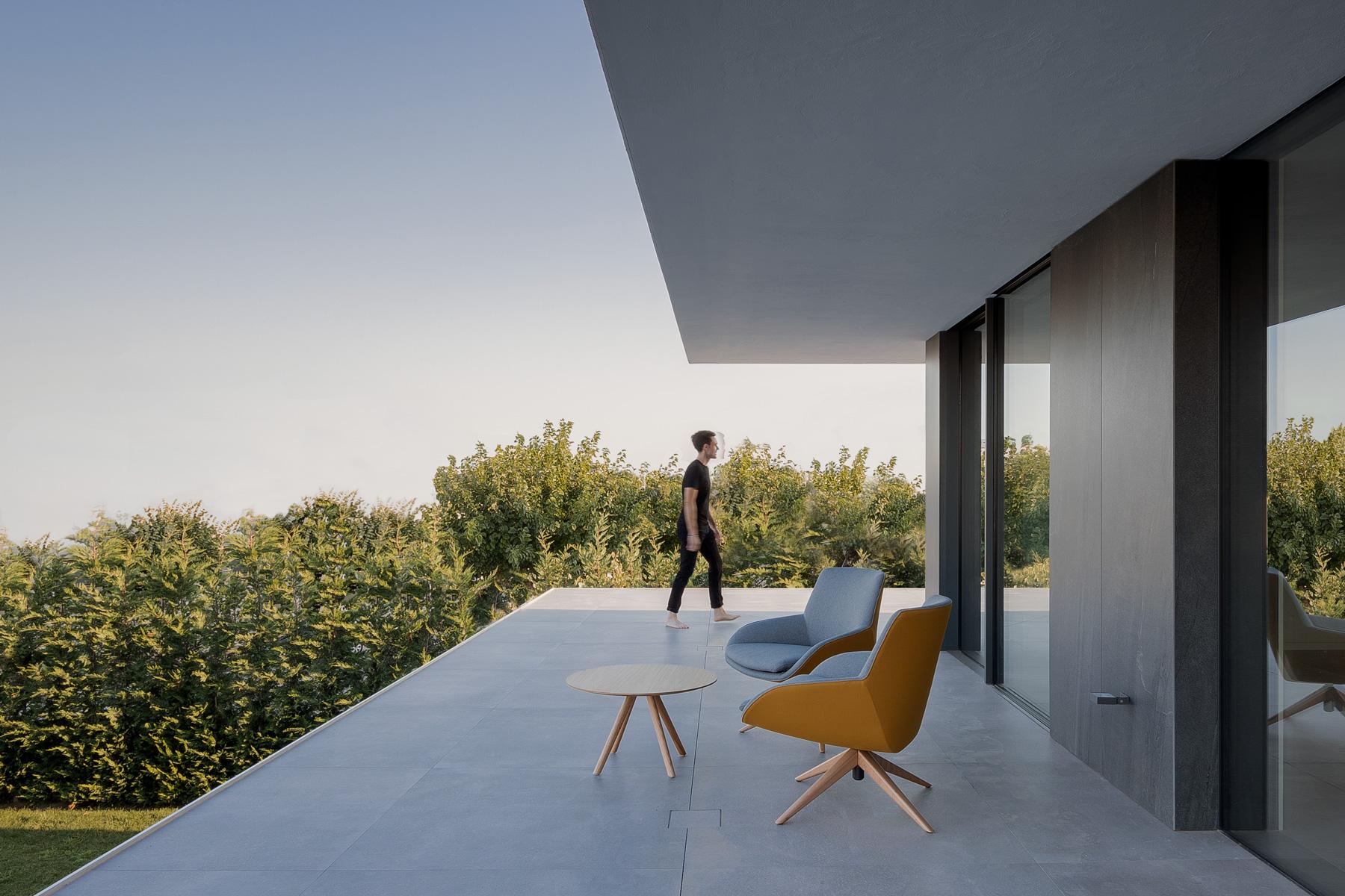 Terraza minimalista en casa moderna