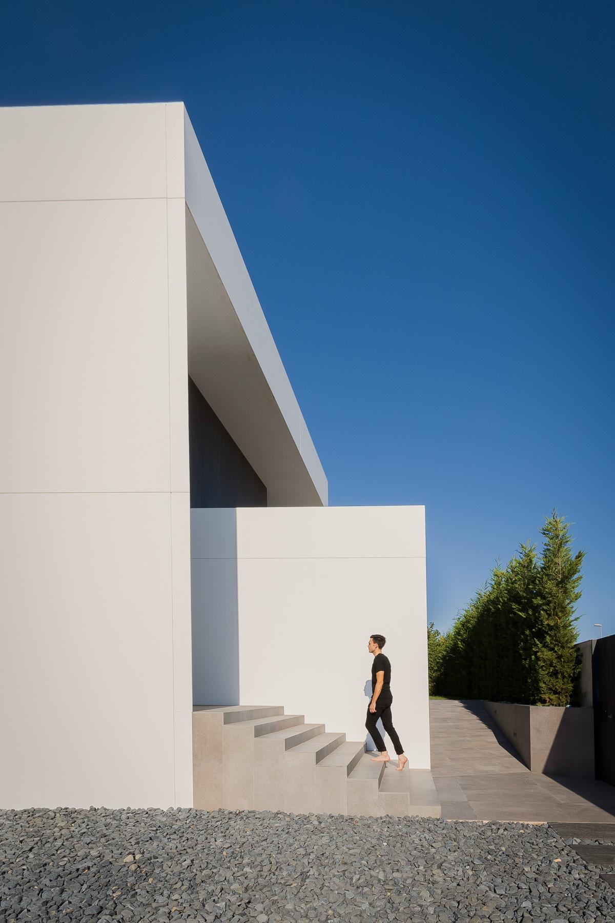 Entrada principal casa moderna yminimalista blanca