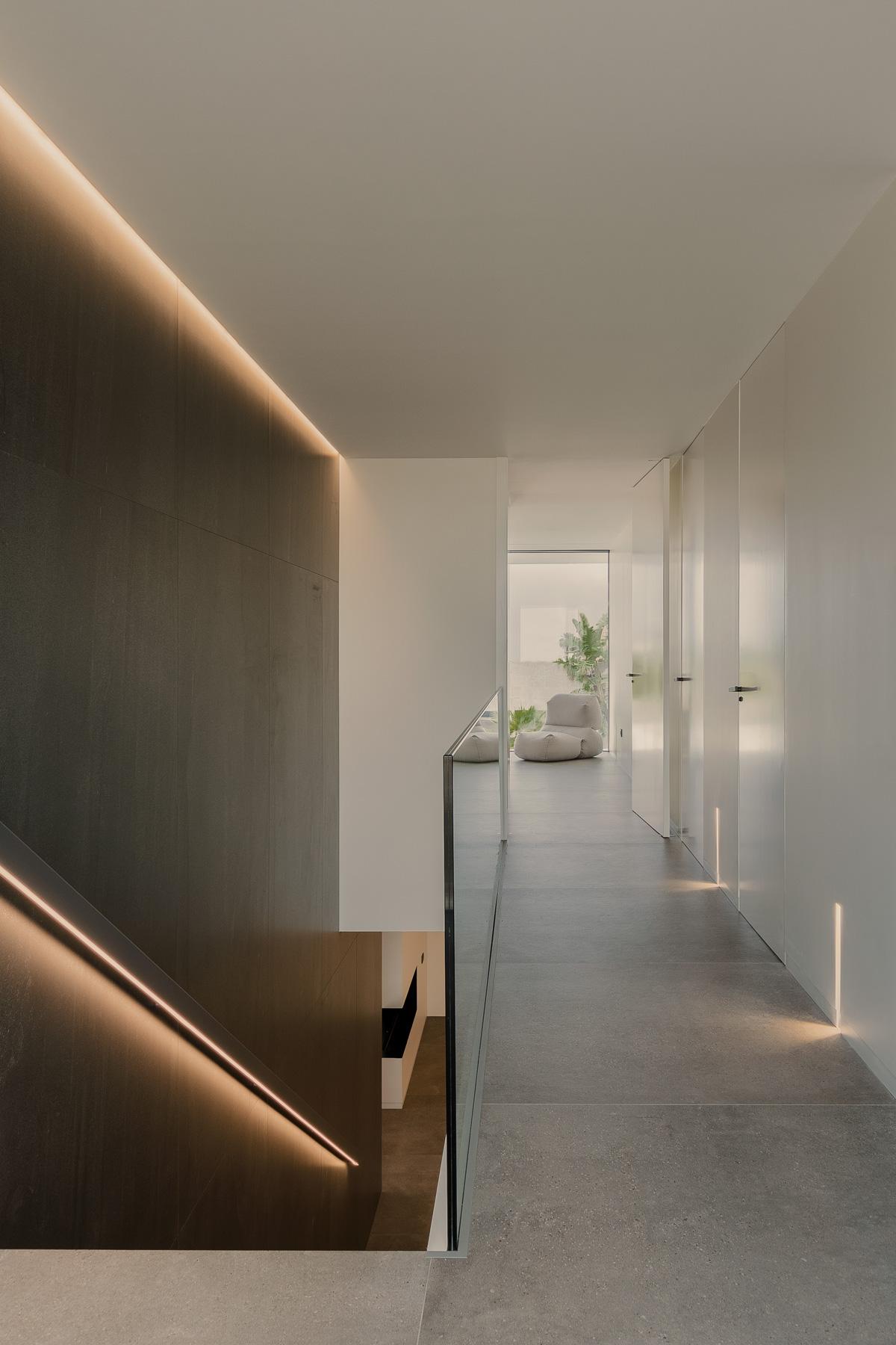 Pasillo en blanco y negro de casa moderna y minimalista
