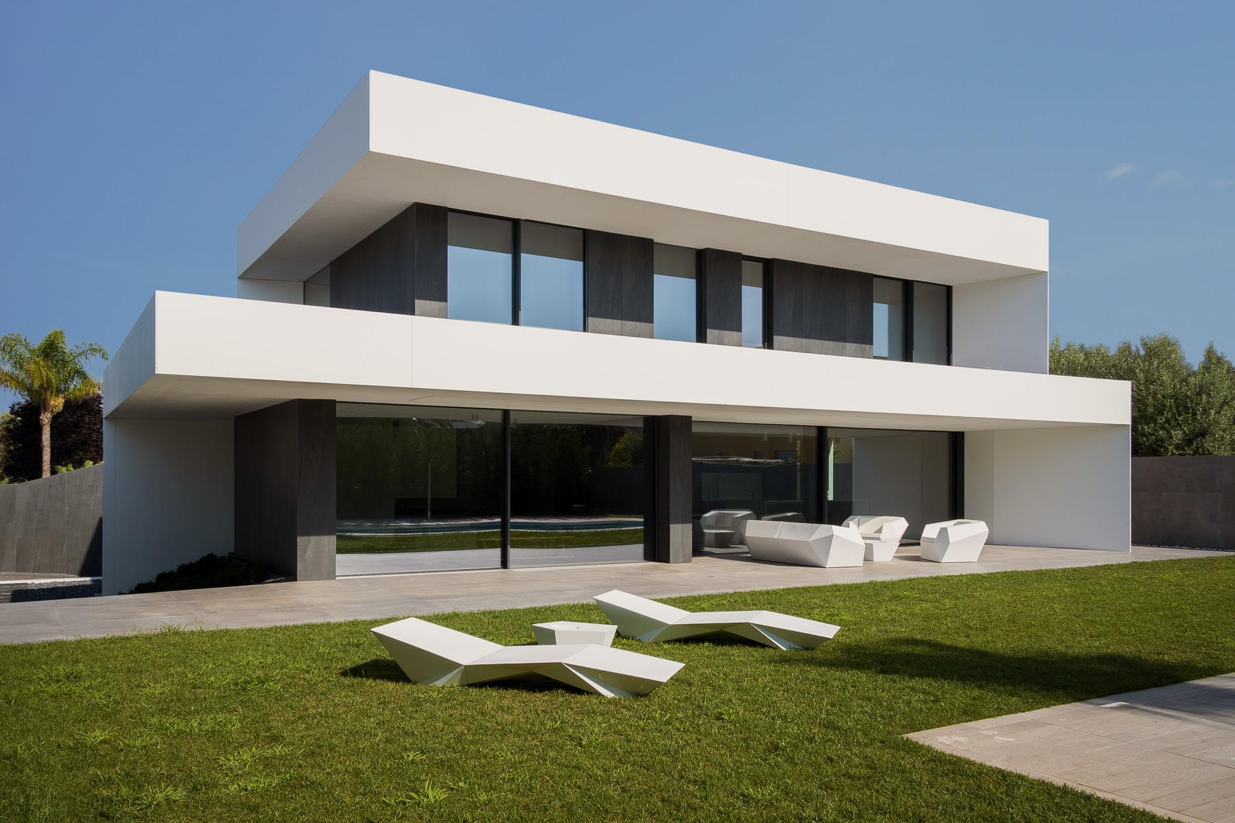 Casa moderna y minimalista blanca con jardín