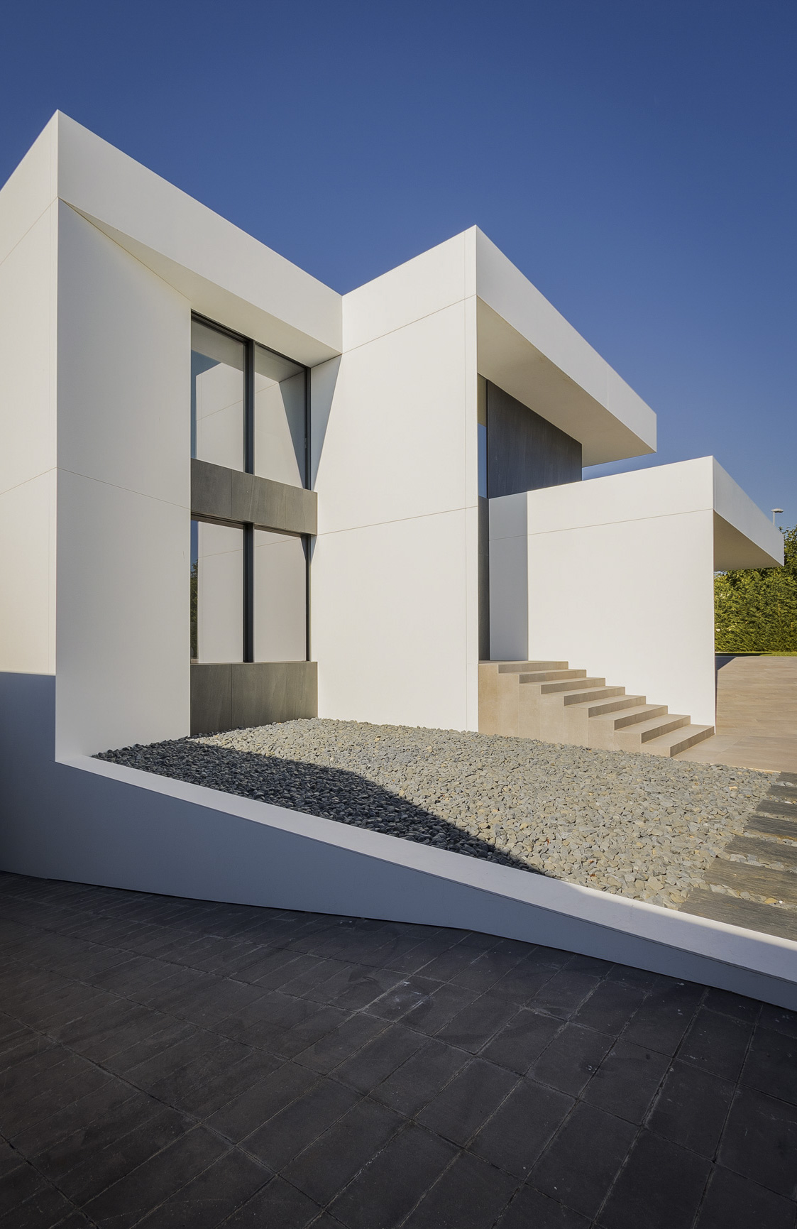 Entrada principal de Casa minimalista blanca