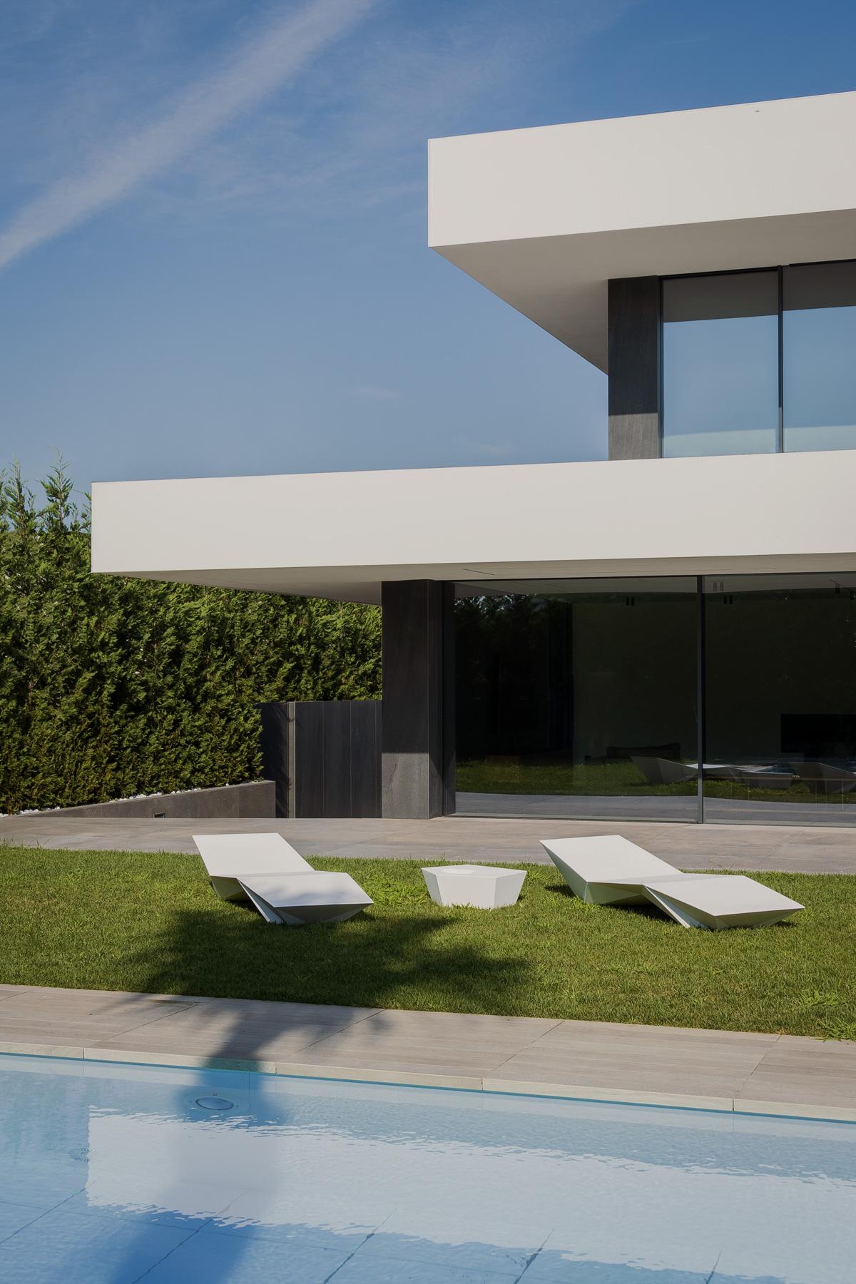 Casa moderna minimalista blanca con piscina