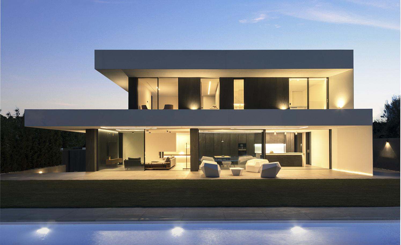Casa moderna y minimalista al anochecer